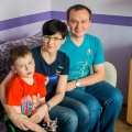 Семья пятилетнего Миши пытается достать для него лекарство. На фото мальчик с отцом и матерью