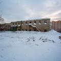 Сейчас на территории для будущего жилья стоят старые заводские корпуса и склады: у многих выбиты окна, а у некоторых обрушилась даже крыша