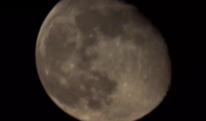 Видео дня. Такую луну вы еще не видели