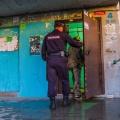 Полиция вывезла из общежития 56 мигрантов, чтобы проверить их документы