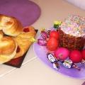 Обычно новосибирцы яйца красят самостоятельно, а пасхальные куличи покупают