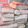 На рынке продаютдеревенское сало, рулет из грудинки и другие деликатесы