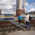 Переход через пути очень популярен у новосибирцев — по нему ходят от Писарева до Линейной
