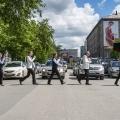 Участники ансамбля на пешеходном переходе около кинотеатра «Победа»