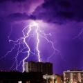 Молнии ярко полыхают над Новосибирском на этой неделе