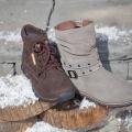 Яркая тенденция этого сезона — аксессуары на обуви: пряжки, заклёпки, шнуровка. Бисер, стразы и прочий вычурный декор уже не в моде. А вот небольшие пряжки — это просто маст-хэв всех сапожек и ботильонов.
