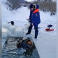 Чтобы добраться до тела, спасателям пришлось распилить лёд на замёрзшей реке