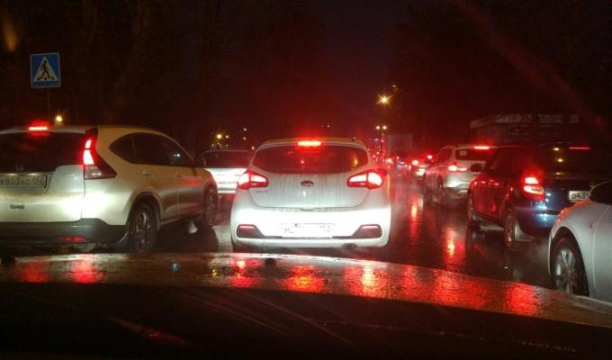 Въезд на Мызинский мост встал в 9-балльной пробке. Ищите альтернативные пути
