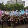 В 15:00 участники фестиваля подбросили в воздух краски российского триколора
