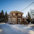 Кирпичное здание стоит на территории фабрики почти сто лет. Это бывший административный корпус, сейчас в нём работает музей