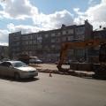 Сейчас на месте строительства работает спецтехника, которая убирает бордюры