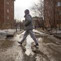 Ручьи и лёд во дворах домов на улице Дуси Ковальчук