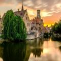 Башни, церкви и старые домики отражаются в воде