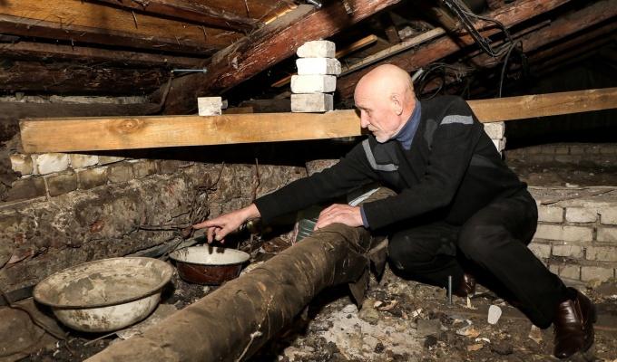 Крышу на Ильинке зачистили от снега до дыр