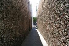 Стена из жвачки