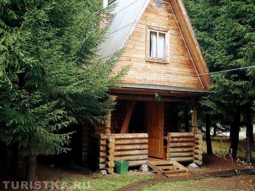 База «Лесовичок», бревенчатый домик. Фото: www.turistka.ru