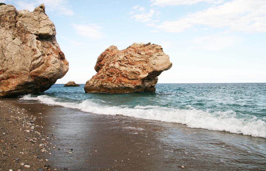 Горные выступы на пляже. Фото:  Тонкости туризма