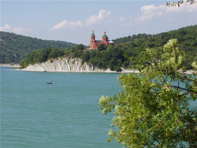 Озеро Абрау-Дюрсо. Фото:  .wikimedia.org