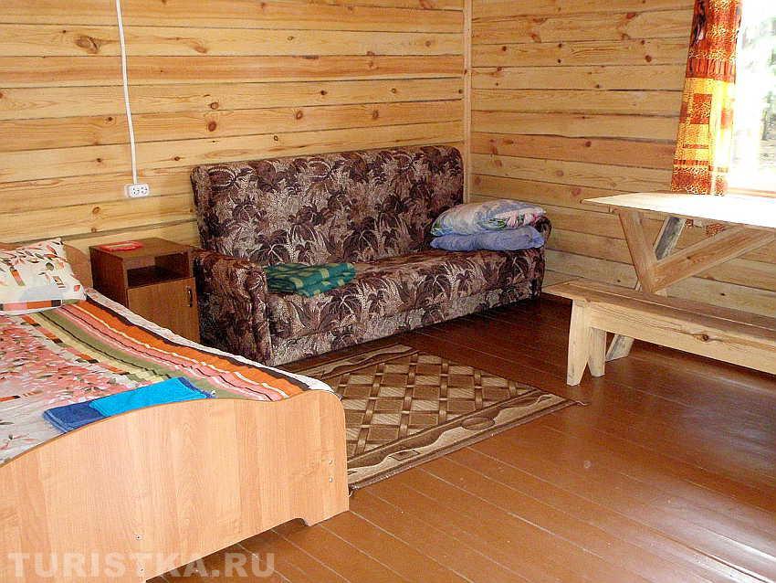 Комната в брусовом домике. Фото: www.turistka.ru