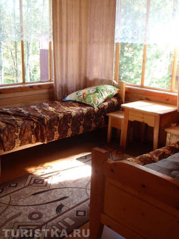 Комната в летнем благоустроенном домике. Фото: www.turistka.ru