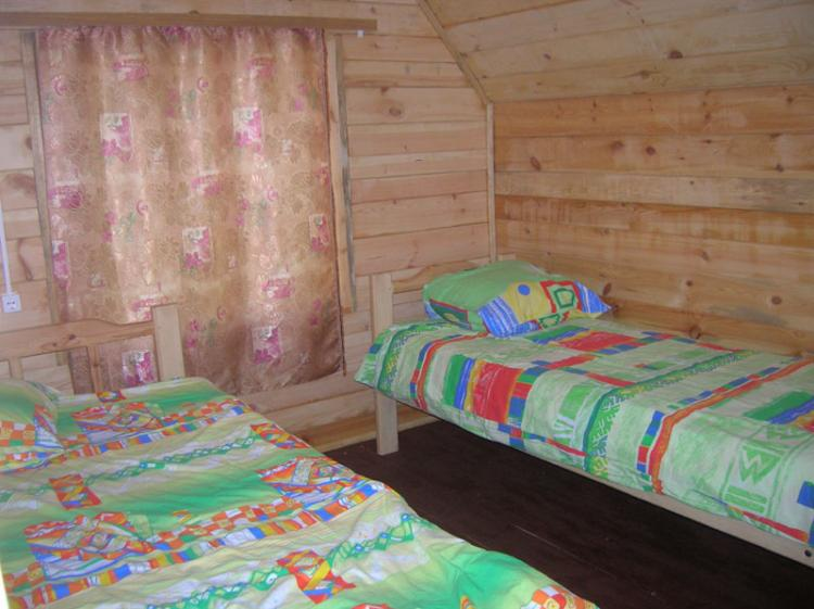 Внутри летнего домика. Фото: www.lunny-svet.ru