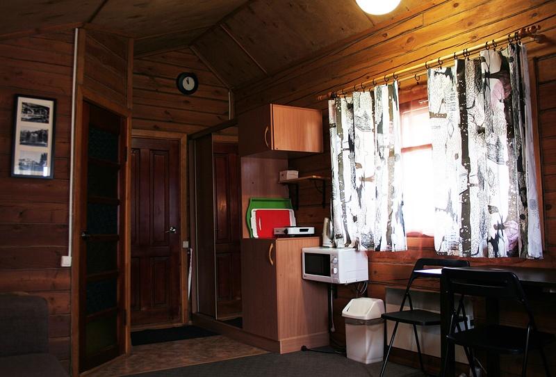 Кухонная зона в Шале, налево дверь в санузел.