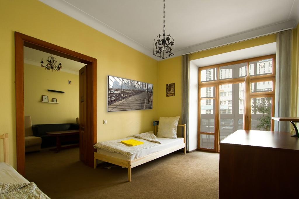 Вторая комната в номере Люкс. С двумя полутора спальными кроватями, рабочим столом и балконом на пр. Ленина (вид на ГЛАВПОЧТАМТ). Wi-Fi