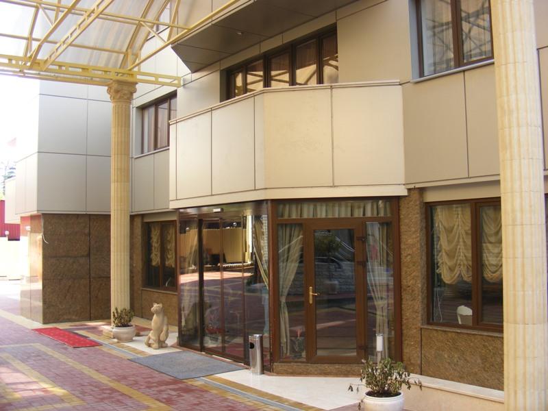 Вход в гостиницу. Фото: www.delphinoterapiya.ru