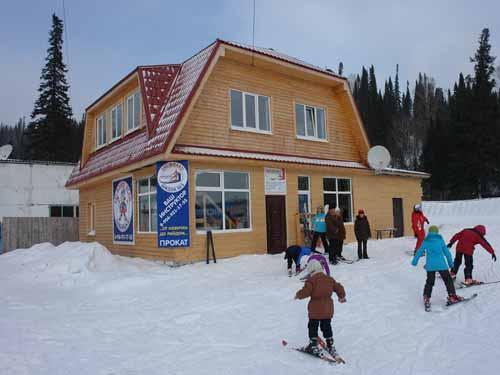 Здание лыжной школы «Неваляшка». Фото: shoria.net