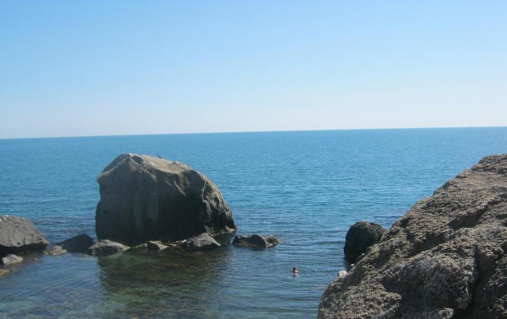 Купание у берегов Алупки. Фото с сайта  tonkosti.ru