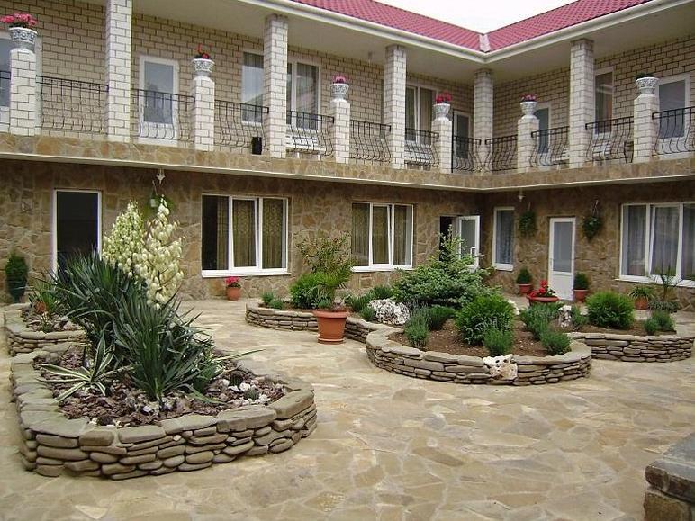 Двор отеля «Парадиз»