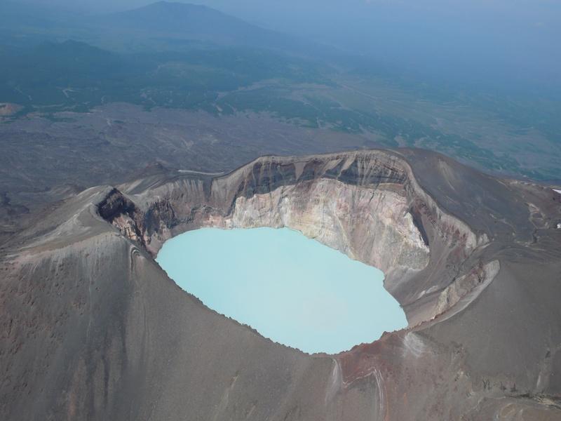 Озеро в кратере вул. Малый Семячик   www.volcanoesland.ru