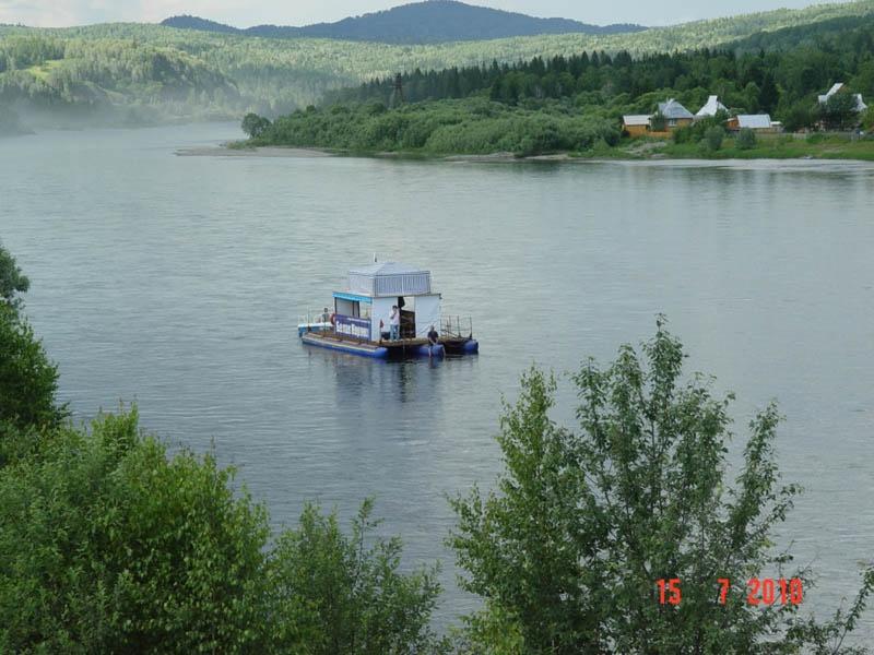 Речная прогулка на плоту. Фото: www.gorakorona.ru