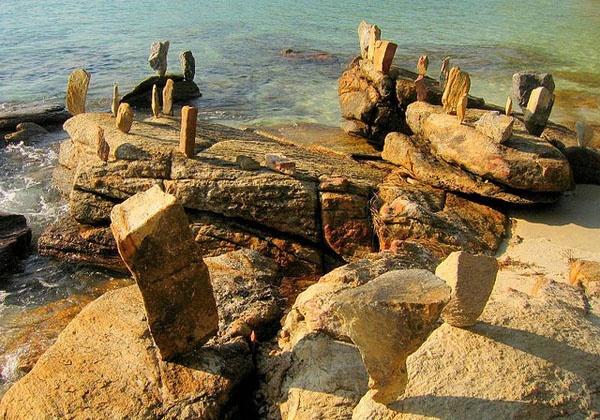 Камни на пляже Ао Путса. Фото:    protraveler.ru