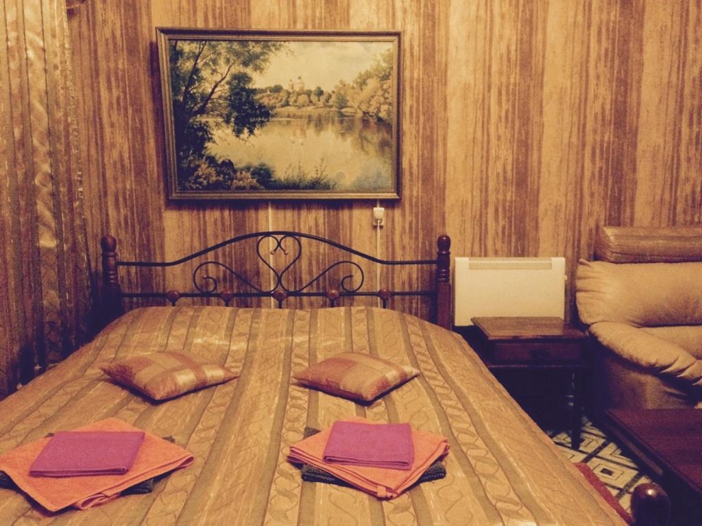 """Двухместный номер """"Комфорт"""" с собственной ванной комнатой, двуспальной кроватью 160*200, ноутбуком, обеденным столом и интерактивным телевидением с функцией управления просмотром (пауза, перемотка, архив)"""
