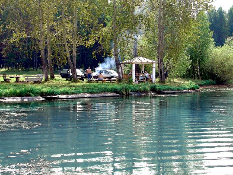 Место отдыха на берегу Белоярского водохранилища. Фото: www.baza-izumrud.ru