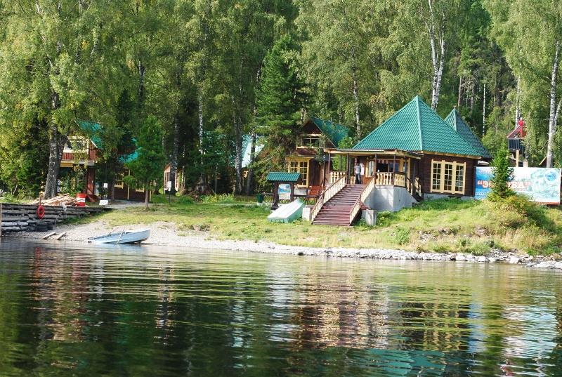 Вид турбазы Эстюба с Телецкого озера