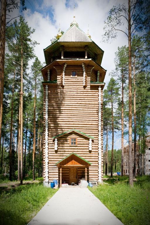 Центральная колокольня возвышается над водонапорной башней, построенной на скважине. Фото: Сергей Большунов