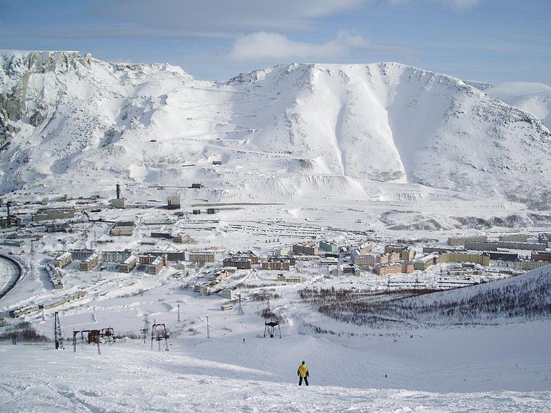 Вид на пос. Кукисвумчорр с одноимённой горы. Источник: http://ru.wikipedia.org/wiki/Кукисвумчорр_(микрорайон)
