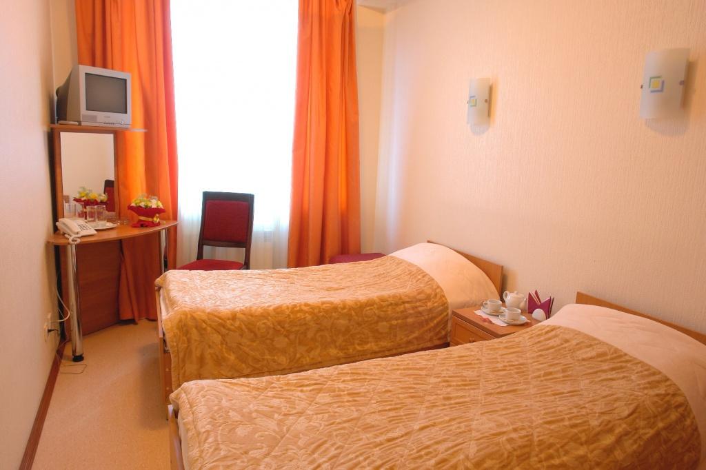 """Хостел в отеле """"де Пари"""". Стоимость 1-го спального места в Двухместном номере 1500 рублей/сутки.   В номере есть 2 раздельные кровати, рабочий стол, телевизор, шкаф-купе, холодильник, кондиционер, бесплатный Wi-Fi и городской телефон.   В ванной комнате прямо в номере - душевая кабина, фен, полотенце   В стоимость номера входит горячий завтрак."""