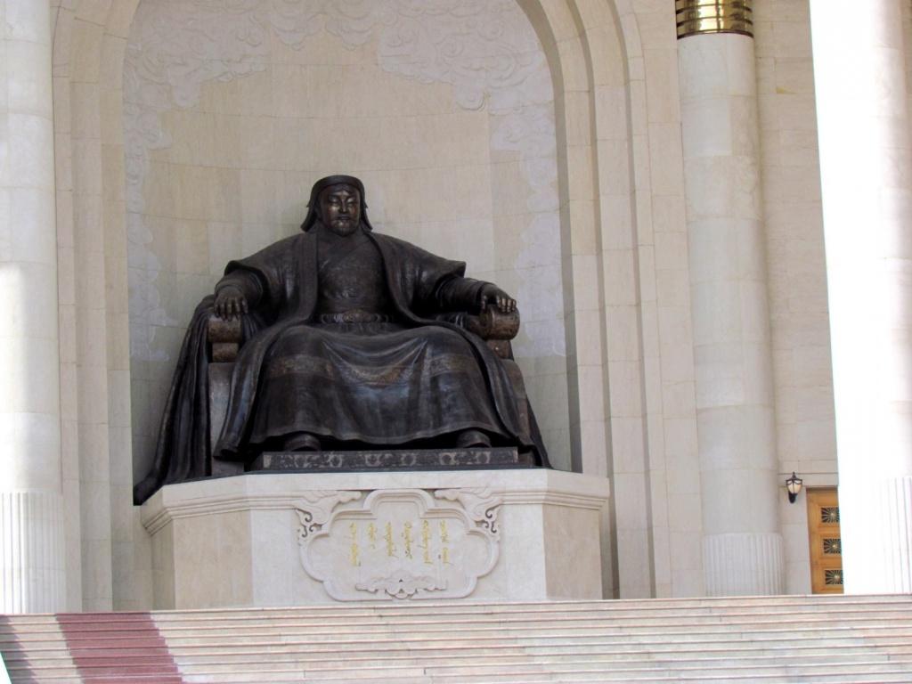 Памятник Чингизхану на площади Сухэ-Батор. Автор: David Berkowitz. Фото:  www.flickr.com