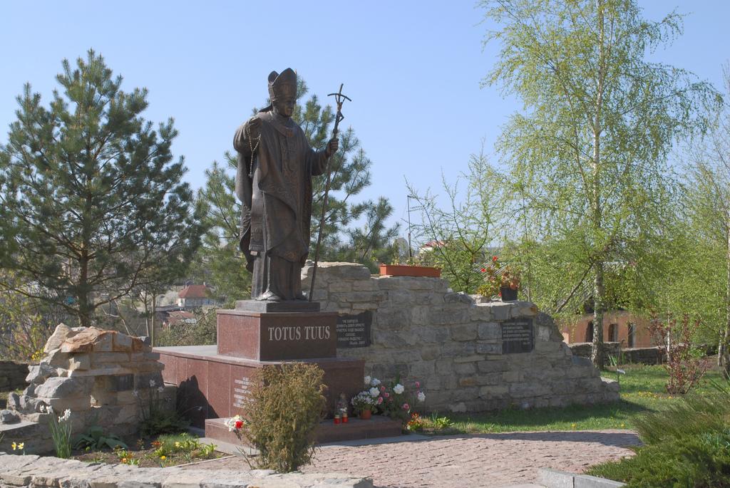Памятник Иоанну Павлу II во дворе костела св. Петра и Павла Автор: ipernity.com/doc/d-f Фото:  www.flickr.com
