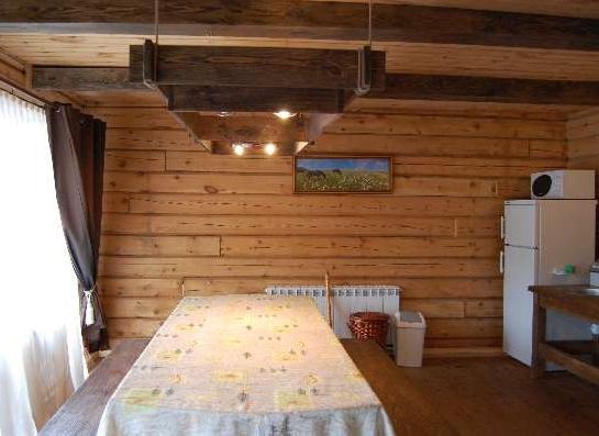 Обеденная зона в гостиной. Фото: www.ded-altay.ru