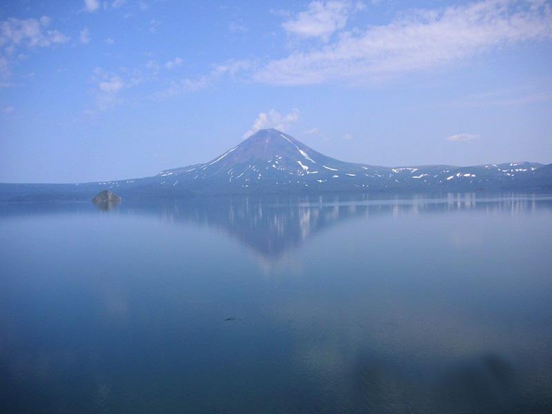 Вид на Курильское озеро, Ильинский вулкан и о-в ''Сердце Алаида''   www.mirtravel.com