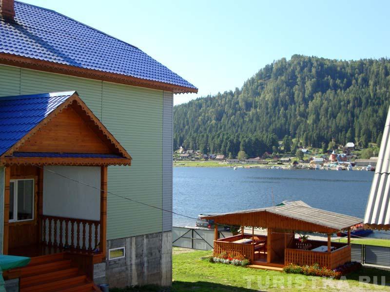 База отдыха «Телецкий прибой», вид на Телецкое озеро. Фото: www.turistka.ru