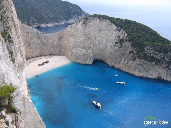 Одна из бухт острова.  www.geonicle.ru