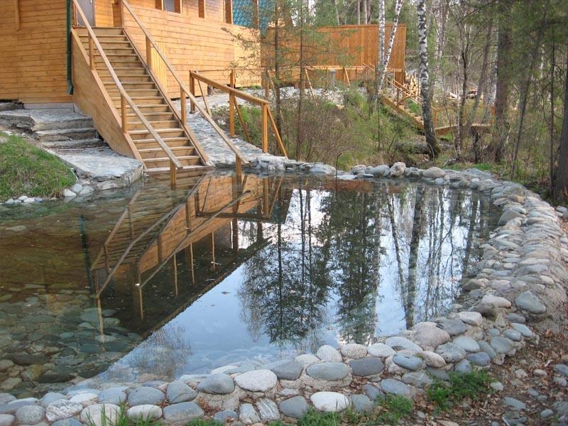 Открытый бассейн, оборудованный по руслу горного ручья