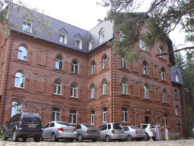 Фасад здания гостиницы. Фото: www.vbanu.ru