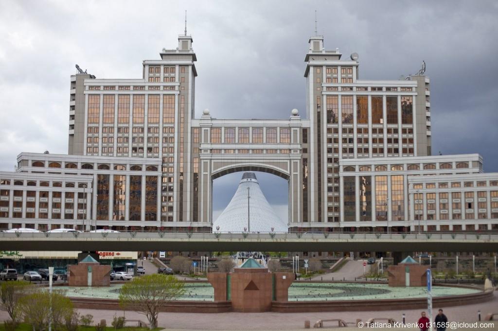 Астана, «Круглая Площадь» и здание «КазМунайГаз». Автор: Татьяна Кривенко