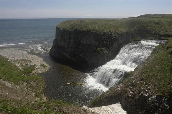 Водопад у берега. Фото: Александр Лобашевский  www.marshruty.ru